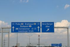 Знак шоссе на границе между Словакией и чехом Repoublic стоковая фотография