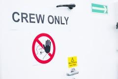 Знак экипажа только на туристическом судне парома белой двери бортовом стоковое фото