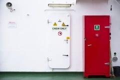 Знак экипажа только на туристическом судне парома белой двери бортовом стоковые фотографии rf