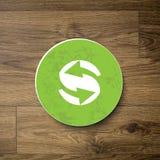 Знак экологичности/деревянная предпосылка Стоковое Изображение RF