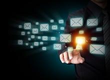 Знак электронной почты отжимать руки стоковые изображения rf