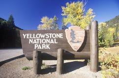 Знак для национального парка Йеллоустона, Вайоминга стоковые фотографии rf