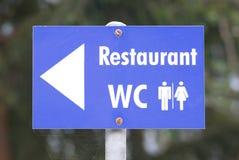 Знак для ресторана и туалетов стоковое фото