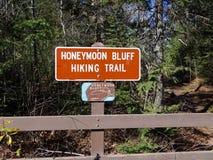 Знак для тропы блефа медового месяца Стоковое Фото
