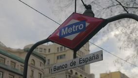 Знак Banco de Espana метро в Мадриде, Испании сток-видео