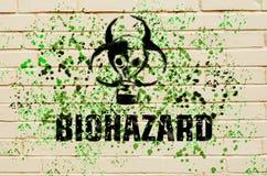 Знак Biohazard в форме маски противогаза на стене с зеленым spatter Стоковое фото RF