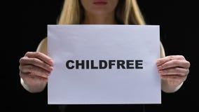 Знак childfree удерживания женщины, уважает и признавает различный выбор жизни, положение видеоматериал