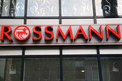 Знак Dirk Rossmann ГмбХ, цепи аптеки, ветви в Падерборне, NRW, Германии, 16 Апрель 2018; раскрывая новая ветвь в Paderbor Стоковые Фото