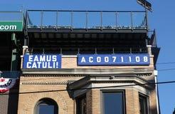 Знак Eamus Catuli: Позвольте ` s пойти Cubs, после чемпиона национальной лиги Стоковые Фотографии RF