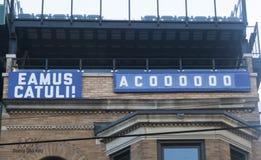 Знак Eamus Catuli; Позвольте ` s пойти Cubs Стоковые Фото