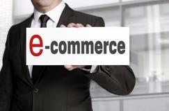 Знак Ecommerce, который держит бизнесмен Стоковая Фотография