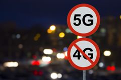 Знак 5G отсутствие 4G и дороги ночи с автомобилями иллюстрация вектора