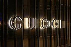 Знак Gucci вечером на фронте магазина в Даллас стоковая фотография rf