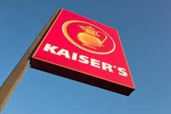 Знак Kaiser's против голубого неба Стоковая Фотография RF