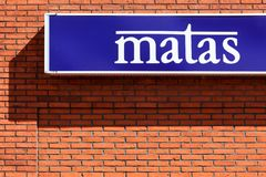 Знак Matas на стене стоковая фотография