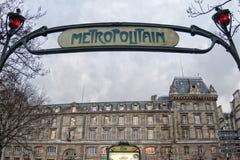 Знак Metropolitain метро Парижа около ile de Ла cit� Стоковые Изображения