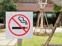 Знак Non-smong положенный в открытую местность перед садом стоковая фотография rf