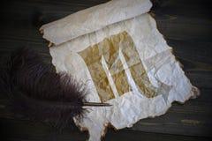 Знак Scorpio зодиака на винтажной бумаге с старой ручкой на деревянном столе Стоковая Фотография RF