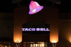 Знак Taco Bell загорен на ноче стоковые фото