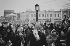 Знамена в толпе во время марта на наши жизни 2018 Стоковое Изображение