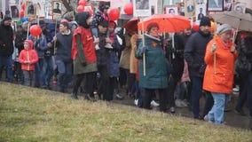 Знамена на переулке парада героев: Русские празднуют парад дня победы - Россия Berezniki может 9, 2018 сток-видео