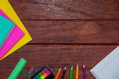 Знамена подпирают к учебникам рисуют запись неподвижным предпосылкам тетради деревянной доски w Брауна стоковое изображение rf