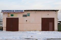 Знамена раковины и Castrol на деревенском обслуживании автомобиля Стоковое Изображение