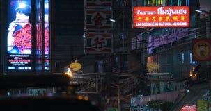 Знамена рекламы в ноче Бангкоке, Таиланде сток-видео