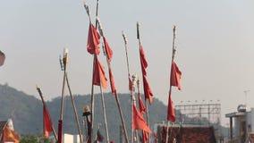 знамена хлопают на посадк-сетях рыбной ловли в въетнамском городе сток-видео