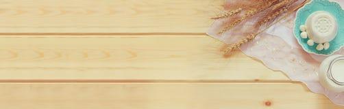 Знамя вебсайта молочных продучтов и плодоовощей на деревянной предпосылке Символы еврейского праздника - Shavuot стоковые изображения rf