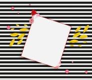 Знамя весны Желтые лепестки, красный цветок и лист бумаги на черной белой striped предпосылке Стоковое Изображение