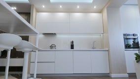Знамя вида спереди кухонного стола в причудливой яркой кухне сток-видео