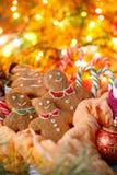 Знамя для рождества места Печенья имбиря в форме маленьких людей на задней части накаляя покрашенных гирлянд Обслуживания рождест Стоковое Фото