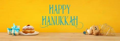 Знамя еврейского праздника Хануки с деревянными dreidels & x28; закручивая top& x29; стоковые фотографии rf