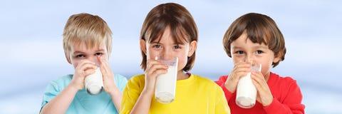 Знамя еды детей питьевого молока мальчика девушки детей стеклянное здоровое стоковое изображение rf