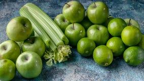 Знамя еды Программа вытрезвителя, план диеты, потеря веса r Зеленые яблоки, сельдерей и известки стоковая фотография rf