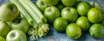 Знамя еды Программа вытрезвителя, план диеты, потеря веса r Зеленые яблоки, сельдерей и известки стоковое фото