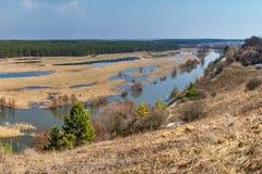 Знамя ландшафта весны, панорама - поток весны в River Valley стоковая фотография