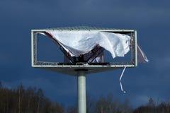 Знамя на открытом воздухе рекламировать сорванное ветром стоковые изображения