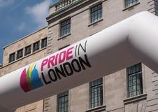 Знамя на фронте парада гей-парада в Лондоне 2018 Сфотографированный в месте Langham стоковое изображение rf