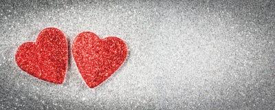 Знамя дня ` s валентинки, сердца на серебряной предпосылке Стоковые Изображения RF