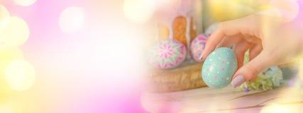Знамя пасхи с пасхальными яйцами и пасха испекут Стоковые Фото
