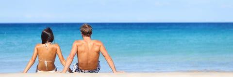 Знамя перемещения пляжа - романтичная пара ослабляя Стоковое Изображение RF