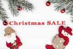 Знамя продажи рождества на белой предпосылке с вечнозелеными ветвями, handmade santa и деревом забавляется украшения Стоковые Фото