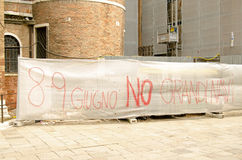 Знамя протеста туристического судна, Венеция Стоковая Фотография