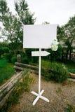 Знамя пустой свадьбы белое при знак стрелки украшенный цветками на стойке внешней скопируйте космос для вашего текста Стоковые Фото