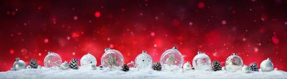 Знамя рождества - безделушки и конусы сосны Стоковая Фотография