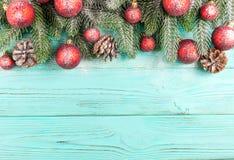 Знамя рождества с зелеными украшениями дерева, красных и белых handmade войлока на белой деревянной текстурированной предпосылке Стоковая Фотография
