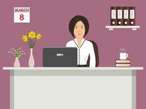 Знамя сети работника офиса 8-ого марта Молодая женщина сидя на столе на фиолетовой предпосылке Стоковые Изображения