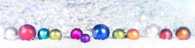 Знамя с красочными безделушками в backgro снега, голубых и белых Стоковые Фотографии RF